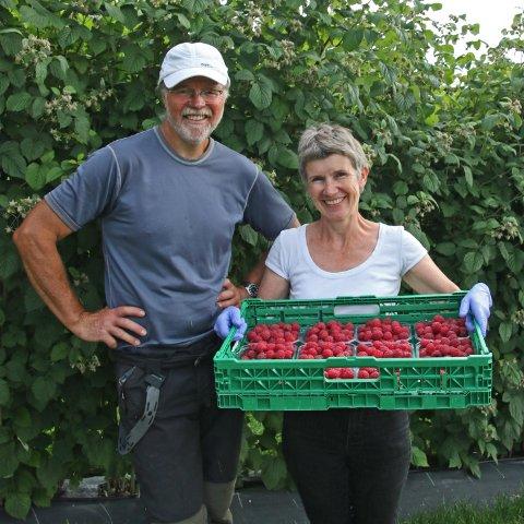 SKAL EROBRE NORGE: Bringebærbøndene Roy Andersen og Åse-Marit Thorbjørnsrud får nå sin musserende bringebærvin inn i basisutvalget til vinmonopolet.
