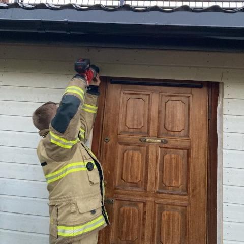 Lørdag måtte brannvesenet bruke sag for å hjelpe beboere ut av sin egen bolig. De hadde blitt sperret inne av håndverkerne.