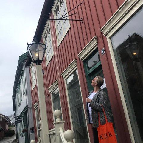 UTE: På trappa til Finborudgården står Ellen Kristine Klemmetvold (med K-U-K).