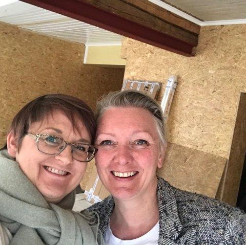SATSER: Galleristene Sigrid Martine Jansen (til venstre) og Ellen Kristine Klemmetvold har hatt stengt sia etter Vinterfestspill. Her holder de på med oppussing i de nye lokalene i Finborudgården.