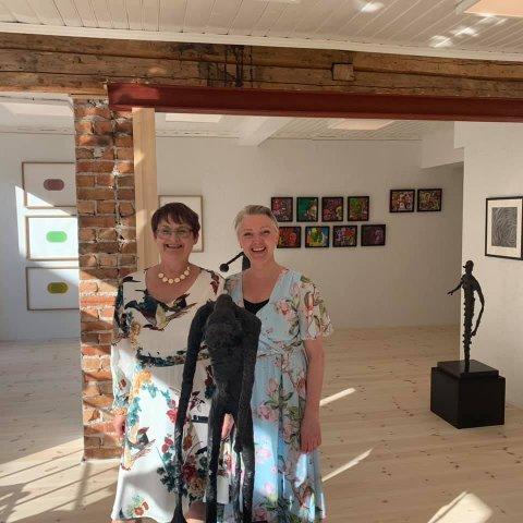 Sigrid Jahnsen og Ellen Kristine Klemmetvold feirer 5 år med Kunst og kaos. Her er de fotografert ved en utstillingsåpning tidligere i sommer
