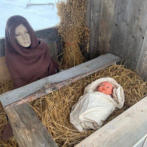 Tilbake: Natt til onsdag kom Jesus-barnet tilbake i krybba i stallen som er satt opp utenfor Røros kirke, etter å ha vært borte i tre dager.