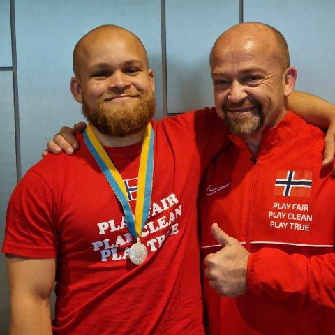 FAR OG SØNN: Simen Johnson Myrvold (t.v) og faren Terje Myrvold har gjort det bra under VM i styrkeløft i Halmstad denne uka.