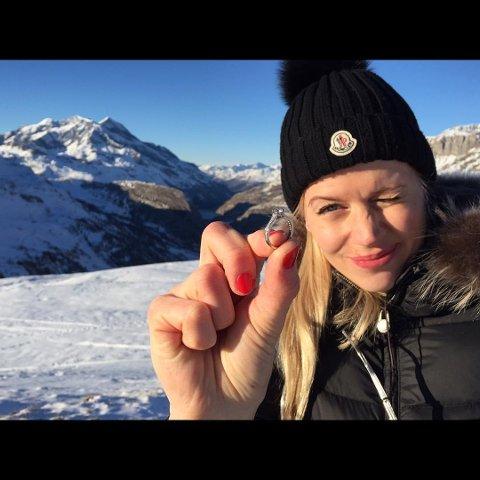 SA JA: Marthe Gausen Nestvold viser frem ringen som Leif Kristian Haugen ga henne da han fridde. FOTO: PRIVAT