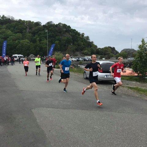 NY REKORD: I konkurranseklassen leverte Bjørnar Stenberg (til venstre) et sterkt løp. Han satte ny løyperekord på 24,07 i terrengkarusellens løp over seks kilometer på Hidra.