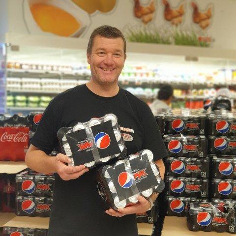 ENDA MER: Kjøpmann Bjørn-Holm Hansen tror han kommer til å selge enda mer Pepsi Max dersom regjeringens forslag går gjennom.