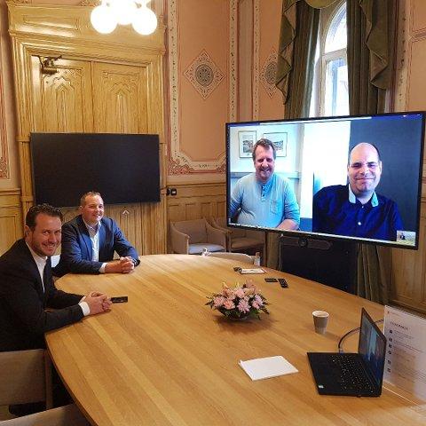 FRP-MØTE OM HIDRA LANDFAST: Ordfører Torbjørn Klungland, (på skjerm), samferdselsutvalgsleder Christian Eikeland, (på skjerm), stortingsrepresentant Helge Andre Njåstad og stortingsrepresentant Gisle Meininger Saudland.