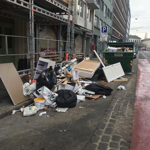 MØBLER OG SØPPEL: Signar Slåttøy tok nylig dette bildet av avfall på gaten på Enerhuagen på Tøyen. Ifølge kommunen er det flere enn før som også setter fra seg store avfallsgjenstander ved byens glass- og metallcontainere rundt om i byen -  selv om det ikke lov og kan føre til pålegg.