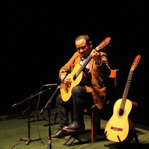 Gitaristen Rolando Carrasco Segovia er på europaturne, og kjem innom Holmeknappen fredag.