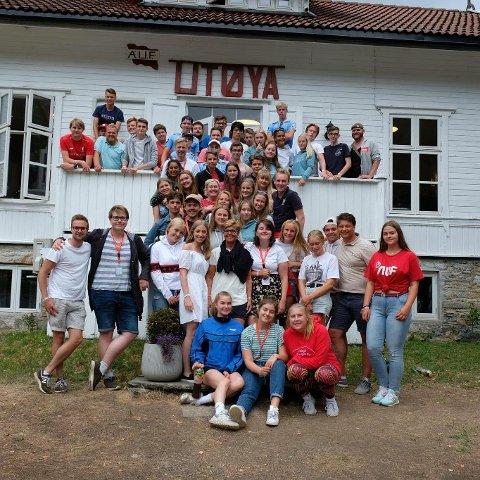 UTØYA: bildet blei tatt på sommarleir i sommar 2018 og visar alle som er med i AUF i Hordaland og AUF i Sogn og Fjordane. Desse to fylkeslagane slo seg saman i Januar 2019.