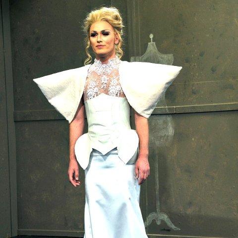 Vinnerkjolen: Kjolen til Tanja fikk skryt for å være vågal og ha en god søm. Modellen er Tanjas venn Emanuel.