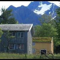 Fonndalen gård med Helgelandsbukken og den karakteristiske snøflekken som har gitt navn til fjellet.