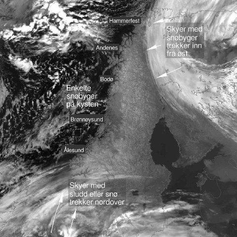 GRÅ SKYER: Satelitbildet viser  skyer med snø på vei inn fra Rogaland og fra Finland. (Meteorologisk institutt)