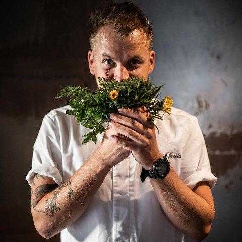 Fauskemannen Chris Thomas Ingebrigtsen Jarholm er klar for å ta fatt på rollen som sjefskokk under årets utgave av Trænafestivalen. – Jeg er veldig glad i å bruke nyttevekster og på bildet holder jeg en bukett av kun spiselige vekster fra naturen, sier han.