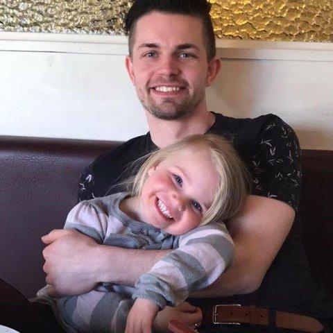 Tjente godt: Christoffer Andreas Schistad Jansen (28) sammen med sin datter på seks år. 28-åringen la bak seg et godt inntektsår i 2018, men pengene er ikke det viktigste med jobben framhever han.