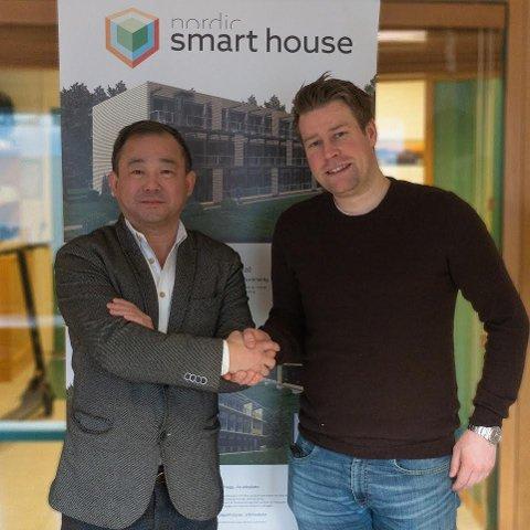 Administrerende direktør i BRUS, Elnar Remi Holmen (t.h) og styreleder i Orient Holding AS, Stephen Fu.