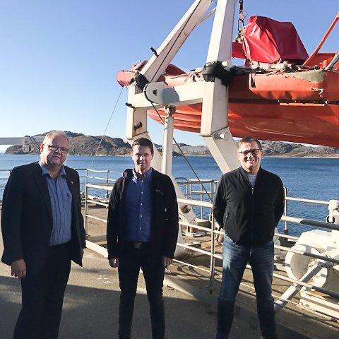 Gruppleder i Frp Bodø Jonny Gulbransen (t.v) og gruppeleder Dagfinn Olsen FrP Nordland (t.h.) besøkte torsdag sikkerhetssenteret i Bodø og leder Tomas Bakkejord Alvestad.
