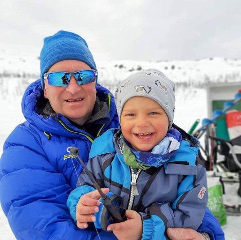 FARLIGE SNØFORHOLD: Oddvar Alexandersen sitter her med et av sine barnebarn. Det var ikke han som gikk gjennom snøen, men han ber folk være obs på at de yngste plutselig kan bli borte under snøen..