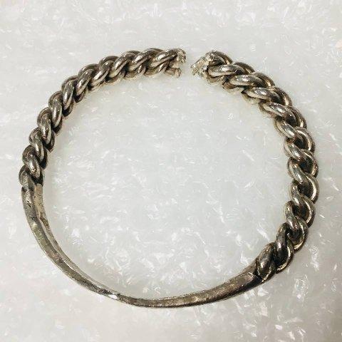 Blant gjenstandene som ble levert tilbake til museet i en Ikea-pose, lå dette armbåndet i sølv. Det ser ut til at noen har saget over det, opplyser Universitetsmuseet i Bergen.