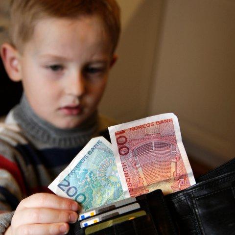 Kontanter er det stort sett slutt på, i alle fall blant unge. Nå vil bankene at de unge skal betale med mobilen, for å lære om økonomi tidlig.