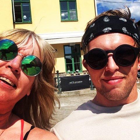 Mamma Lisbeth og sønnen Tim Nilsen, som er toppscorer på Fredrikstad. (Foto: Privat)