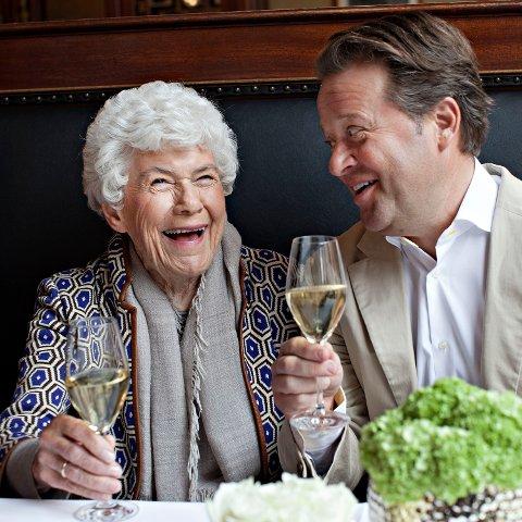 Arne Hjeltnes og Ingrid Espelid Hovig var gode venner. Dette bildet er  hentet fra boken 90 retter til Ingrid Espelid Hovig, utgitt i forbindelse med 90-års dagen hennes i 2014.