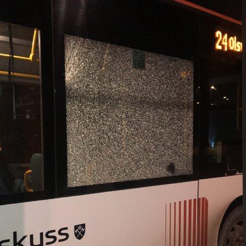 Marthe Riise tok dette bildet etter hun oppdaget at noen skal ha kastet stein på bussen.