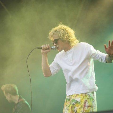 Eidevik med gule bukser og lys sveis på Bastionen-scenen under Bergenfest for to år siden.