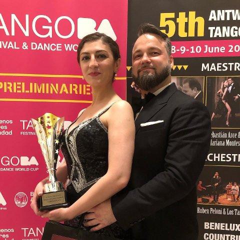 Irem og Gjøran Elliasen poserer etter de vant konkurransen i Antwerpen. – Det ble som en gave på bryllupsdagen vår, sier Irem.  Paret giftet seg 7. juni i fjor.