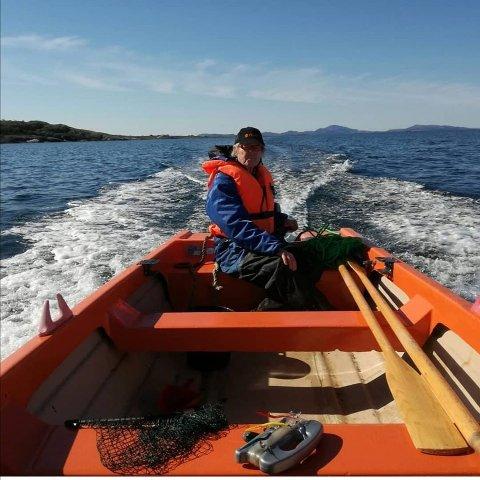 """Kom til rette: Båten til ekteparet Inger-Lise Sivertsen og Erling Arne Høie, som lå fortøyd like ved hytten deres på Nordbø i Rennesøy kommunedel, forsvant onsdag. Torsdag fikk de gladmeldingen fra noen som så båten lå fortøyd på Østhusvik. Her på bildet med eier og """"kapteinen"""" av båten, Erling A. Høie."""