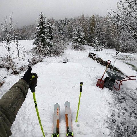 SKIFØRE: Anders Backe synes tirsdagens snø var akkurat passe til å lage skiføre hjemme i hagen.