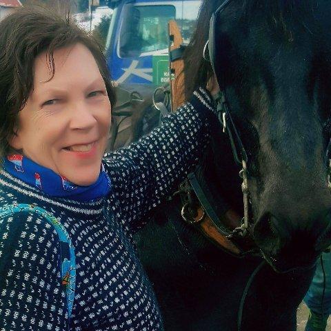 FRED FOR TO- OG FIRBEINTE: Som leder for Miljøpartiet De Grønne i Modum er Brit Eva Helgedal opptatt av helse og dyrevelferd.