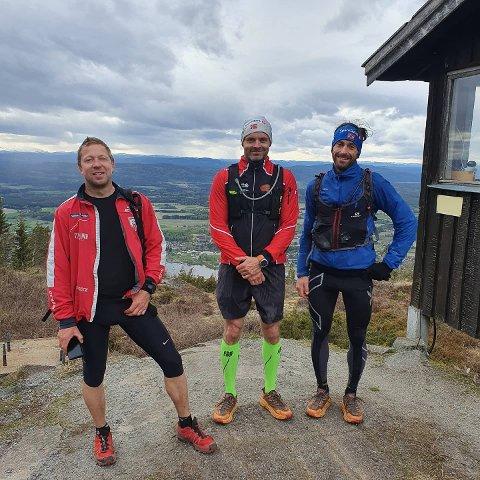 SPREKE KOMPISER: Karsten Torgersen (midten) sammen med kompisene Wiggo Skretteberg og Narve Lybeck  som var de første med ti turer opp Dokkaløypa 16. mai.