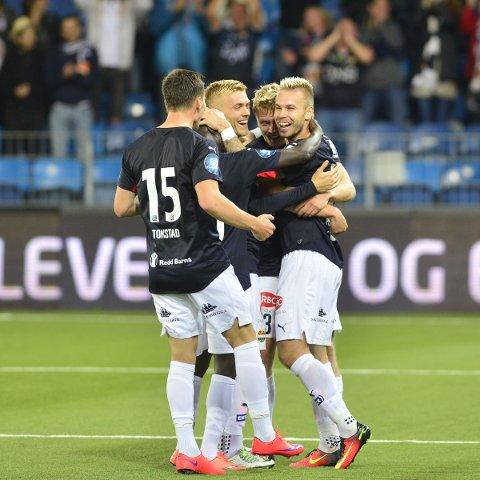JUBLET: Marcus Pedersen (t.h.) jublet etter å ha sendt Strømsgodset til semifinale i NM.