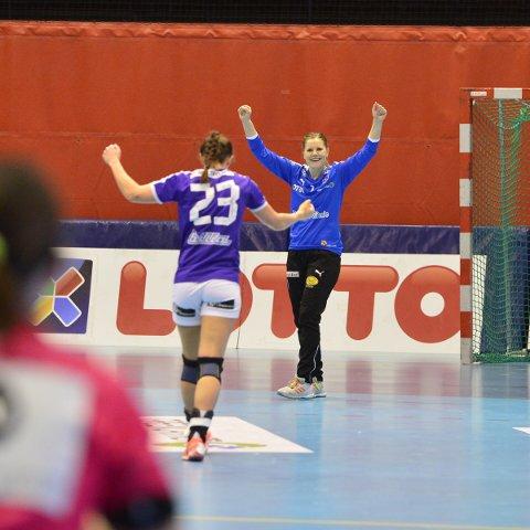 NYTT EVENTYR: Guro Rundbråten (bak) og Marianne Iversen feirer scoring mot Vipers Kristiansand. Blir det mer jubel mot TuS Metzingen på lørdag?