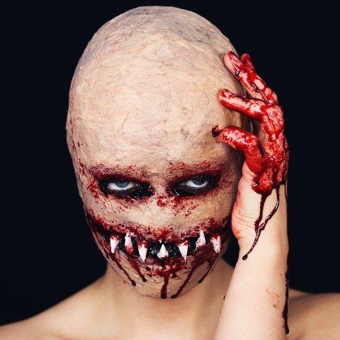 MONSTER: Dette monsteret er en av karakterene Karolina Griciute har skapt, ved bruk av plastfolie, fryseteip og diverse sminkeprodukter.
