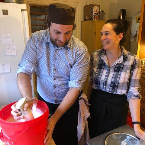 LAGER GELATO: På kjøkkenet hjemme i Sandviken lager Luca Trovatelli og  Triziana Tusi gelao etter italienske oppskrifter men med norske råvarer.