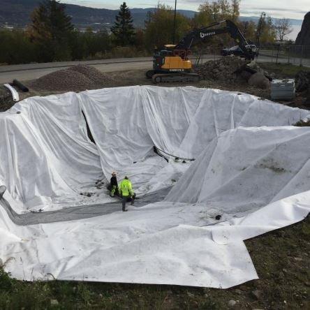 Tomtekjøperne måtte fjerne masser og fylle på nye før de kunne bygge.  Ifølge kjøperne kostet det 569.000 kroner.