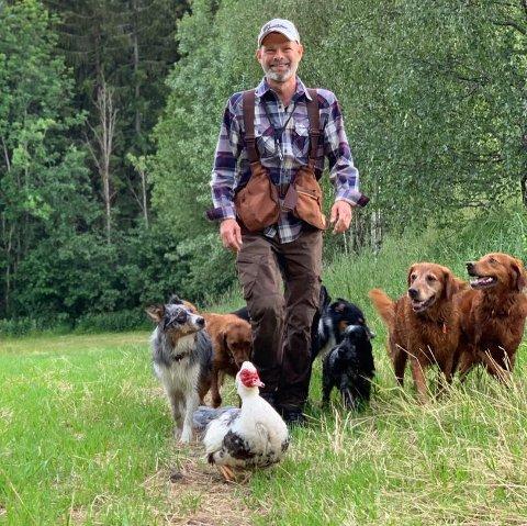 HUNDESENTER-FIRMA OPPLØST: Driftsselskapet bak Nordby's Hundesenter i Drammen er tvangsoppløst, men innehaver Vegard Nordby jobber for å kunne fortsette drifta.