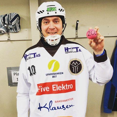 I 200: MIFs Alexander Serov viser fram en bandyball med tallet 200  - etter at han scoret sitt 200. mål i norsk bandy.