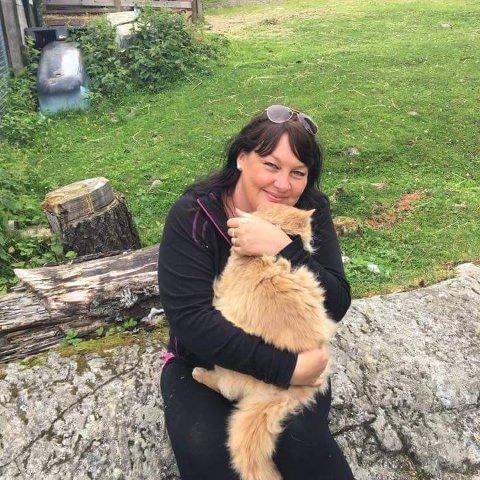 Mona Børsjø- Olsen jobber som frivillig på FOD-gården. Her er det imidlertid Kjekken fra Vangen som får en klem.