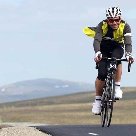 Ronny Holm mener at Magerøya er perfekt til å drive med sykkelsport:- Her er det fjell, hav og utfordringer. Det liker man, sier han.