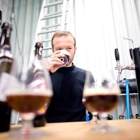 GODT TIL MAT: Bryggerimeister Espen Lothe i Kinn bryggeri, meiner det er viktig at juleølet passar til julematen.