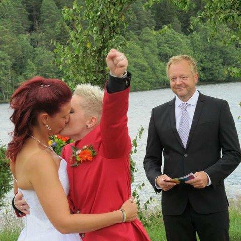 Victoria Knoph Midtbø(t.h) gifta seg med Halden- jenta Linda i fjor sommar. Dåverande Flora-ordførar Bengt Solheim-Olsen stod for vigsla.