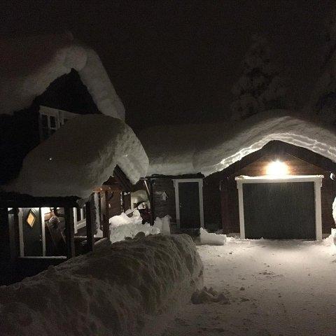 På Bøanedsetra i Stryn er det meir enn ein meter med snø. - Har aldri opplevd makan, seier hytteigar Jon Olav Leira.