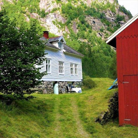 Naboeigedommen er også til sals.