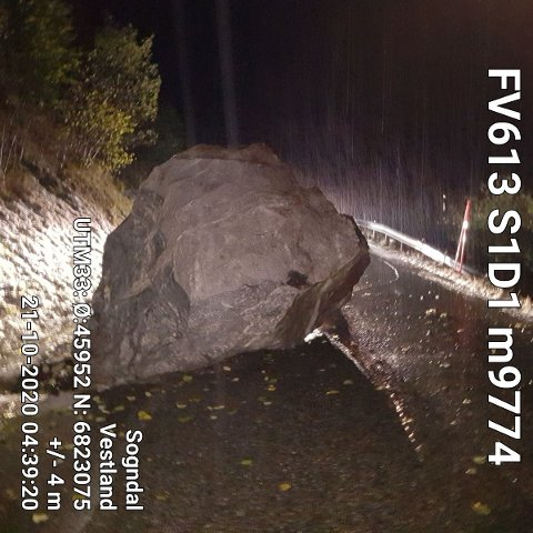 KREFTER I SVING: Skulevegen mellom Fjordane og Balestrand er stengd etter at blant anna denne steinen kom ned i  vegbana i natt.