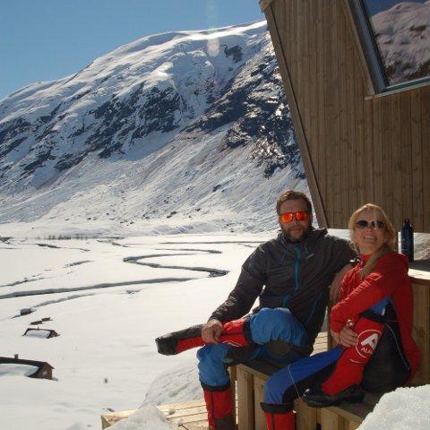 SER FRAM TIL SESONGSTART: Rune Hilleren Dokken og Mette Grøsland opnar dørene til hytta på Tungstølen i juni. Dei var nyleg på plass for å sjekka forholda og snømengdene.