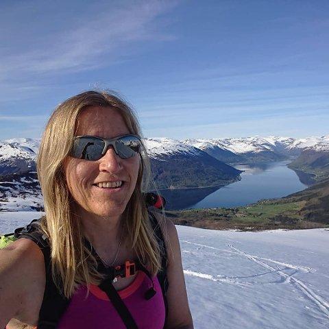 PASS PÅ: Brit Siv Fimland ber folk tenkje seg godt om før dei legg ut på tur, og særleg når det er stor snøskredfare og forlokkande vêr.