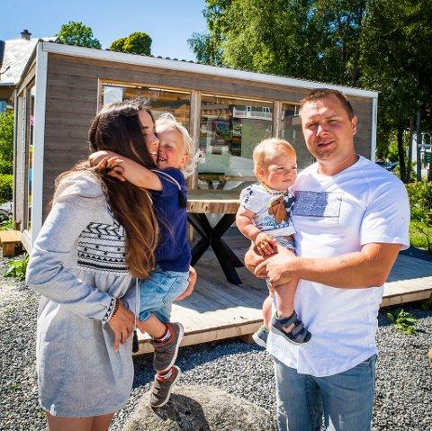 FAMILIEN KREZELOK: Frå venstre Roksana, Leo, Alex og Kris (Krzyzstof) trivst godt i Kalvåg. I sentrum av Kalvåg kan du sjå møblar Kris har laga.